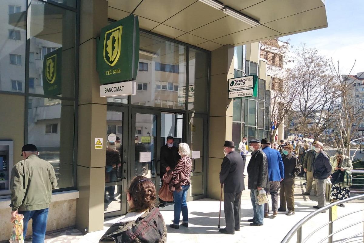 Coada la un bancomat CEC Bank în Botosani