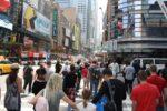 Oameni pe strada Times Square New York
