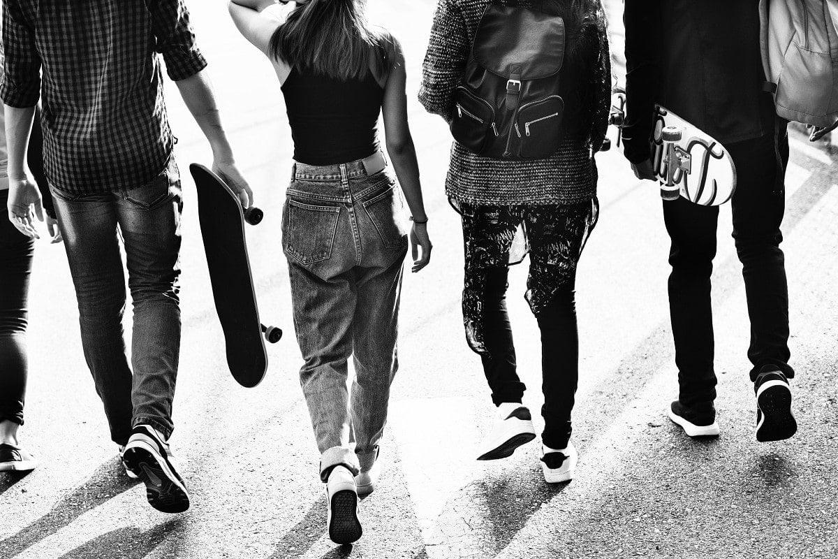 tineri generatia z mergand pe jos